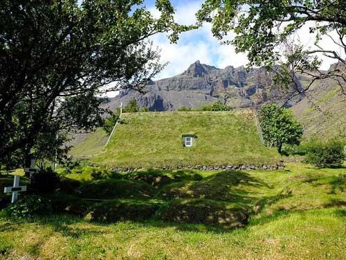 Nhà thờ mái cỏ đẹp như trong cổ tích ở Iceland - 5