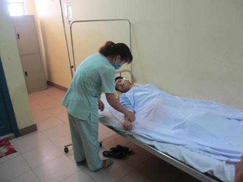 Bác sĩ kể lúc người nhà bệnh nhân đánh gãy xương gò má - 3