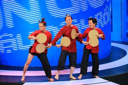 """Trấn Thành khoe bụng """"6 múi"""" với Việt Hương - 1"""