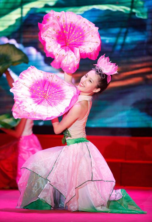 Thí sinh Hoa khôi mặc áo bà ba nhảy dancesport gợi cảm - 4
