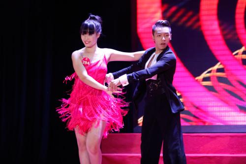 Thí sinh Hoa khôi mặc áo bà ba nhảy dancesport gợi cảm - 3