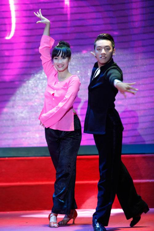 Thí sinh Hoa khôi mặc áo bà ba nhảy dancesport gợi cảm - 2