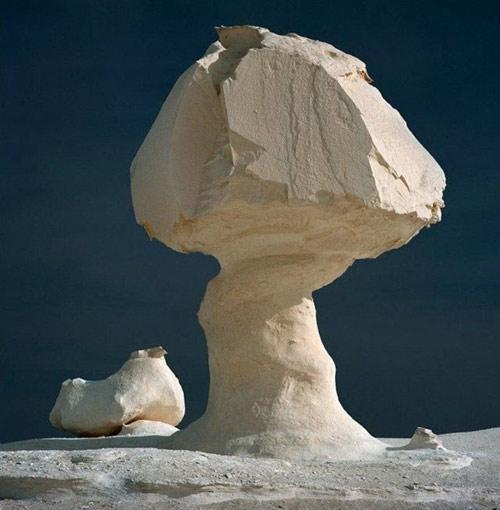 """Những """"tác phẩm điêu khắc kỳ bí"""" ở sa mạc Trắng - 5"""