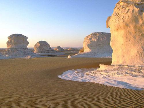 """Những """"tác phẩm điêu khắc kỳ bí"""" ở sa mạc Trắng - 4"""