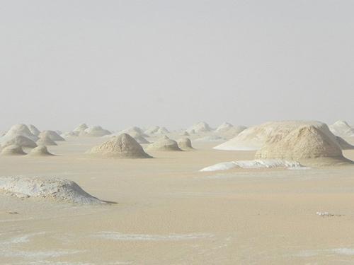 """Những """"tác phẩm điêu khắc kỳ bí"""" ở sa mạc Trắng - 1"""