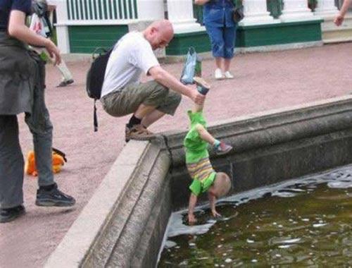 Ông bố vui tính và cậu bé thích nghịch nước - 1