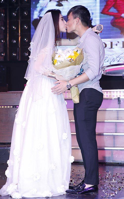Công Vinh cưới Thủy Tiên trên sân khấu - 2