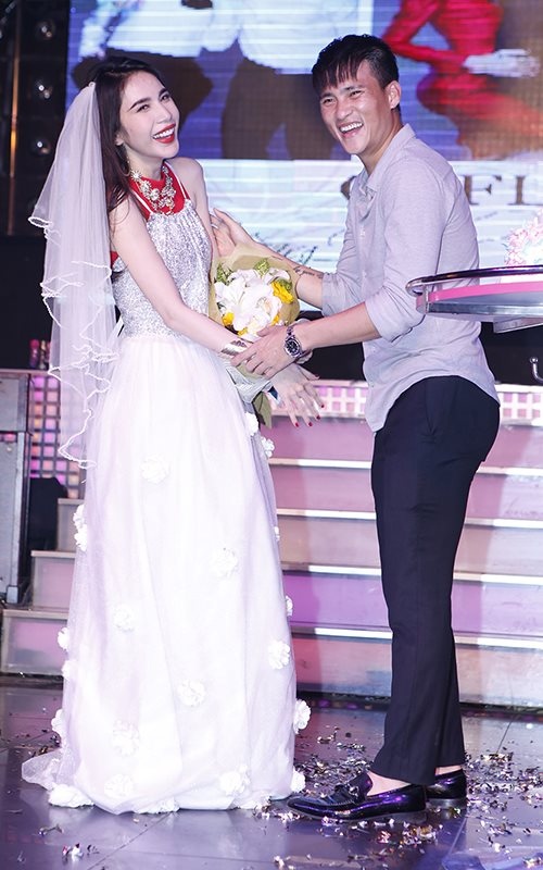 Công Vinh cưới Thủy Tiên trên sân khấu - 3