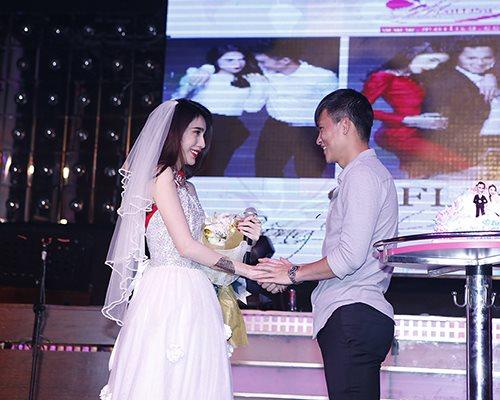 Công Vinh cưới Thủy Tiên trên sân khấu - 5