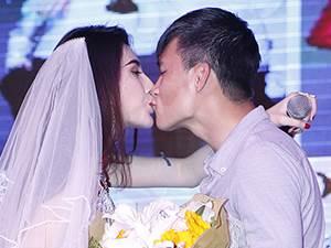 Công Vinh cưới Thủy Tiên trên sân khấu