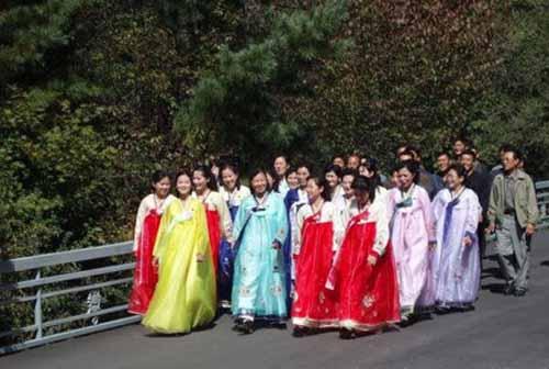 Tục lệ xưa kỳ lạ: Mặc quần dài là vi phạm pháp luật Triều Tiên - 1
