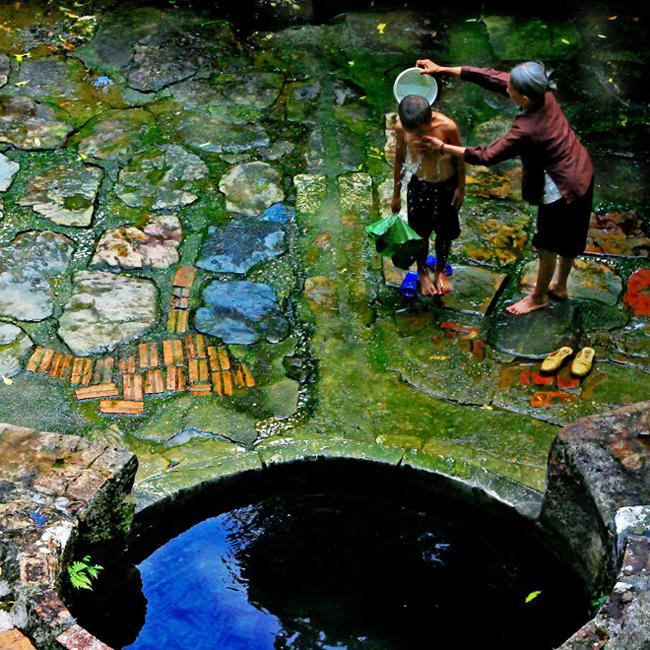 Bà tắm cho cháu tại giếng Suối, xã Tiên Phương, huyện Chương Mỹ.
