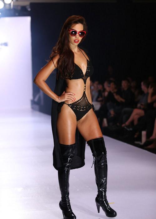 Hà Anh diện áo tắm nóng bỏng trên sàn catwalk - 1