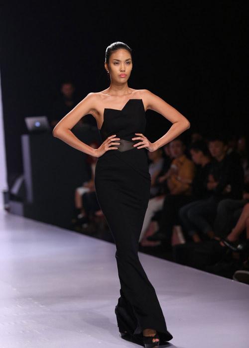 Hà Anh diện áo tắm nóng bỏng trên sàn catwalk - 7