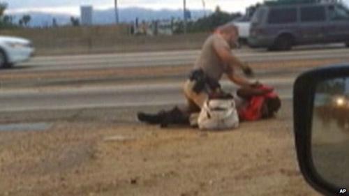 Mỹ: Được bồi thường 1,5 triệu USD vì bị cảnh sát đánh - 1