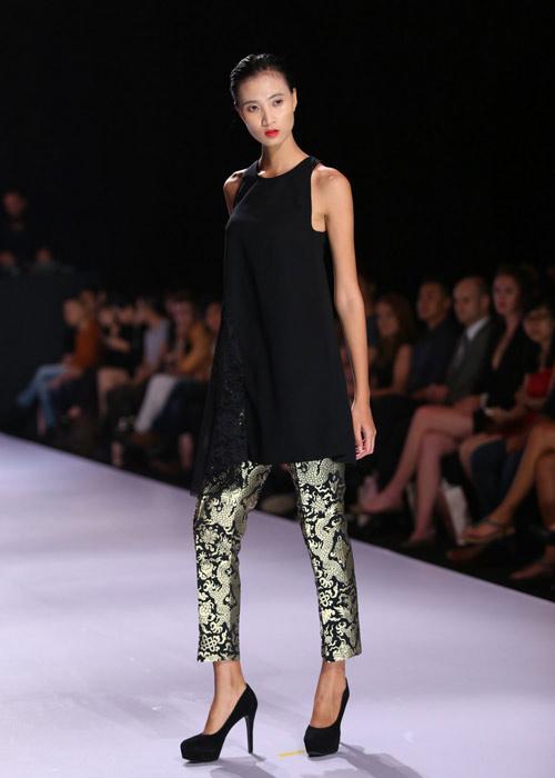 Hà Anh diện áo tắm nóng bỏng trên sàn catwalk - 9