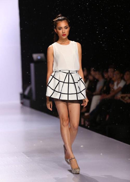 Hà Anh diện áo tắm nóng bỏng trên sàn catwalk - 13