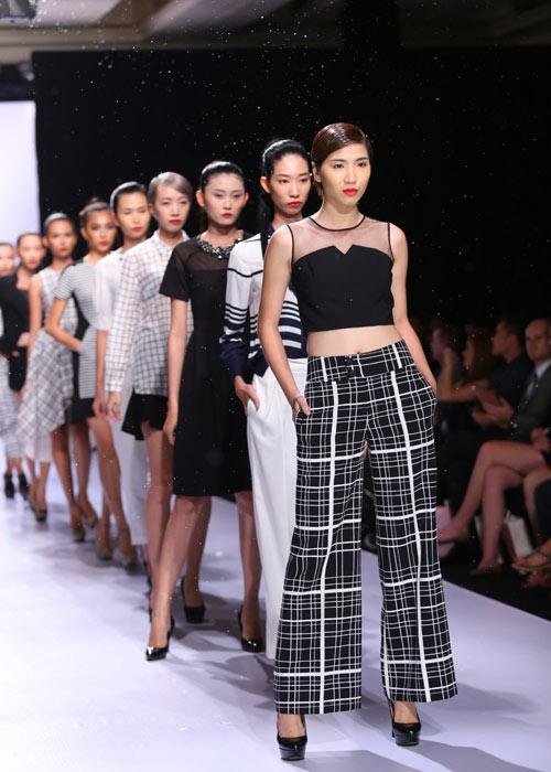 Hà Anh diện áo tắm nóng bỏng trên sàn catwalk - 15