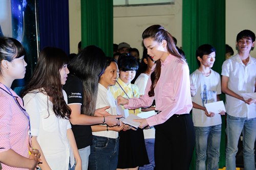 Hà Hồ giản dị trao học bổng cùng Lệ Quyên - 4