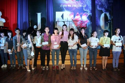 Hà Hồ giản dị trao học bổng cùng Lệ Quyên - 5