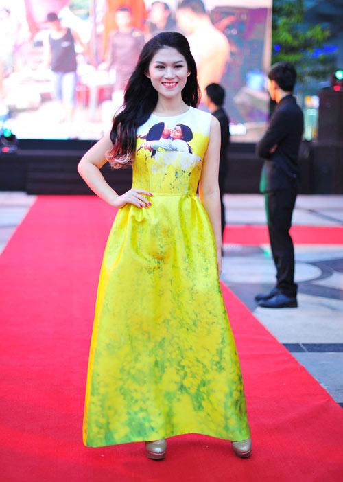 Jennifer Phạm diện váy da xuyên thấu đi xem phim - 5
