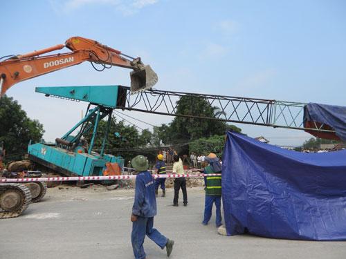 Nghệ An: Cần cẩu đứt cáp đè chết người đi đường - 2