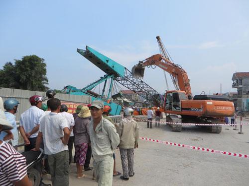 Nghệ An: Cần cẩu đứt cáp đè chết người đi đường - 3