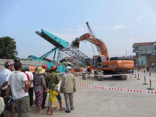 Nghệ An: Cần cẩu đứt cáp đè chết người đi đường - 4
