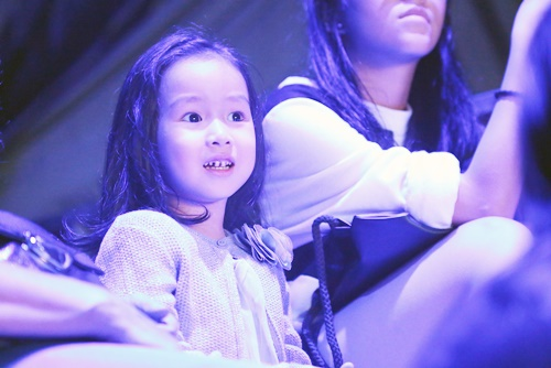 Con gái Giang - Hồ xinh xắn ủng hộ bố mẹ - 1