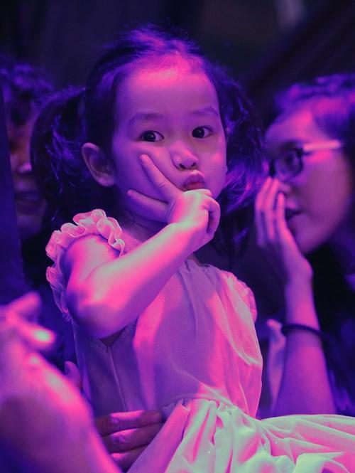 Con gái Giang - Hồ xinh xắn ủng hộ bố mẹ - 3