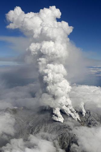 """Nhật Bản: Núi lửa """"tỉnh giấc"""", 250 người mắc kẹt - 1"""