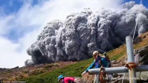 """Nhật Bản: Núi lửa """"tỉnh giấc"""", 250 người mắc kẹt - 2"""