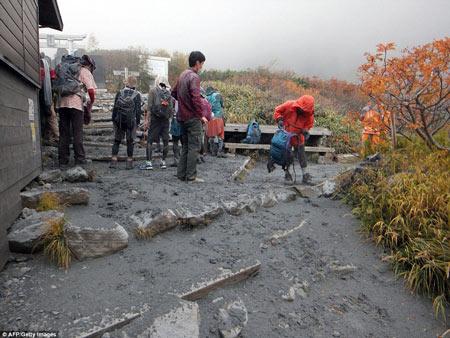 """Nhật Bản: Núi lửa """"tỉnh giấc"""", 250 người mắc kẹt - 3"""
