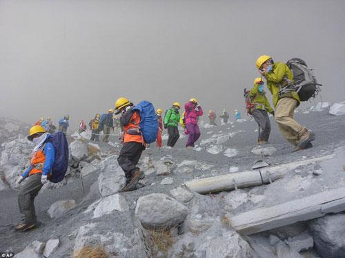 """Nhật Bản: Núi lửa """"tỉnh giấc"""", 250 người mắc kẹt - 6"""
