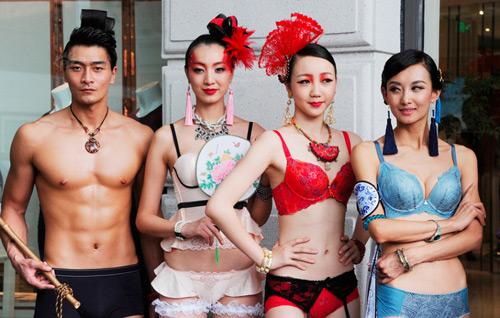 """Mẫu Thượng Hải mặc nội y """"lượn"""" quanh thành phố - 1"""