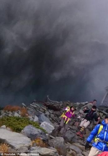 """Nhật Bản: Núi lửa """"tỉnh giấc"""", 250 người mắc kẹt - 7"""
