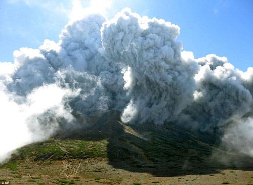 """Nhật Bản: Núi lửa """"tỉnh giấc"""", 250 người mắc kẹt - 8"""