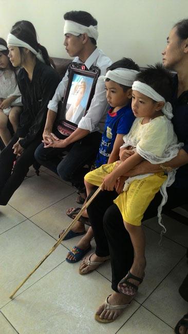 Bé 4 tuổi chống gậy xem tòa xử kẻ giết cha mình - 1