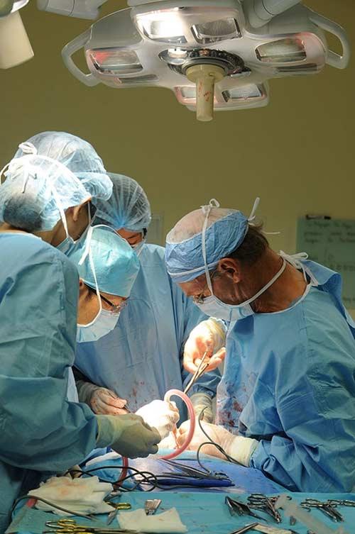 Đại phẫu bóc khối u quái trên gương mặt 2 cô gái - 2