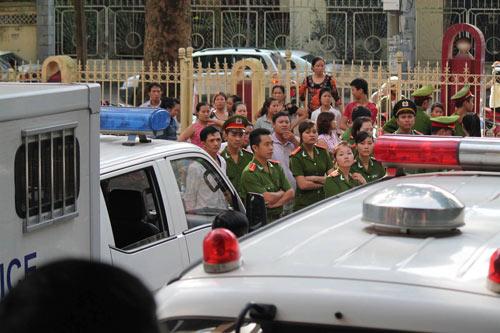 Tòa hoãn phiên xử, dân đòi đánh Lý Nguyễn Chung - 7