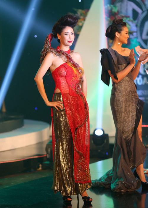 Hà Kiều Anh khoe vai trần với áo dài cách điệu - 6