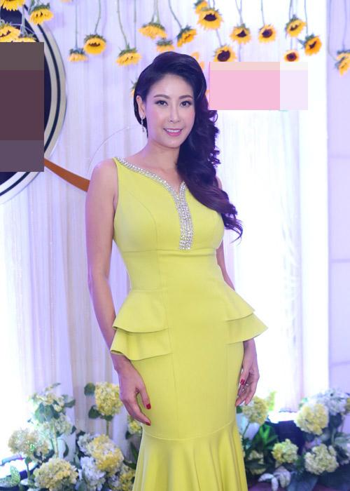 Hà Kiều Anh khoe vai trần với áo dài cách điệu - 1