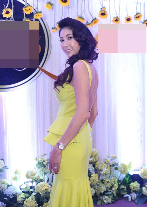 Hà Kiều Anh khoe vai trần với áo dài cách điệu - 2