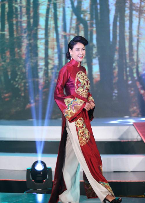Hà Kiều Anh khoe vai trần với áo dài cách điệu - 3