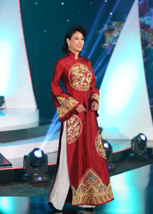 Hà Kiều Anh khoe vai trần với áo dài cách điệu - 4
