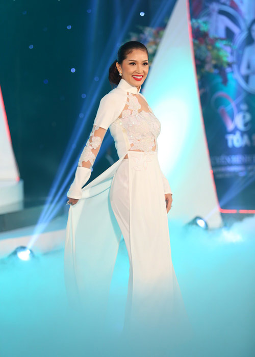 Hà Kiều Anh khoe vai trần với áo dài cách điệu - 9
