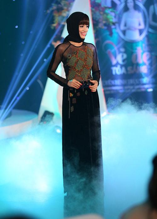 Hà Kiều Anh khoe vai trần với áo dài cách điệu - 10