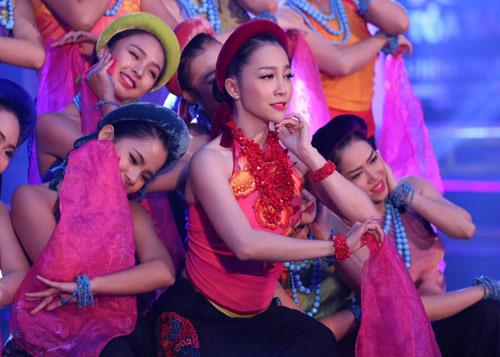 Hà Kiều Anh khoe vai trần với áo dài cách điệu - 13