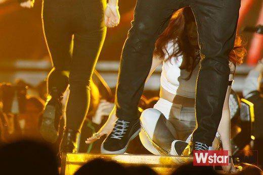 """2 kiều nữ Hàn luống cuống vì """"vồ ếch"""" trên sân khấu - 3"""