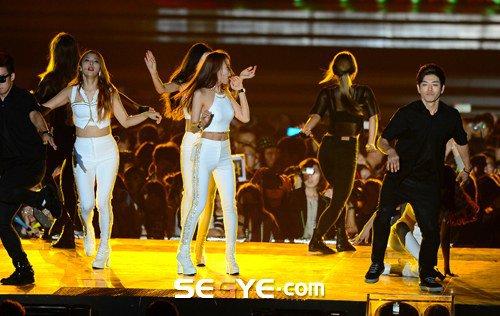 """2 kiều nữ Hàn luống cuống vì """"vồ ếch"""" trên sân khấu - 4"""